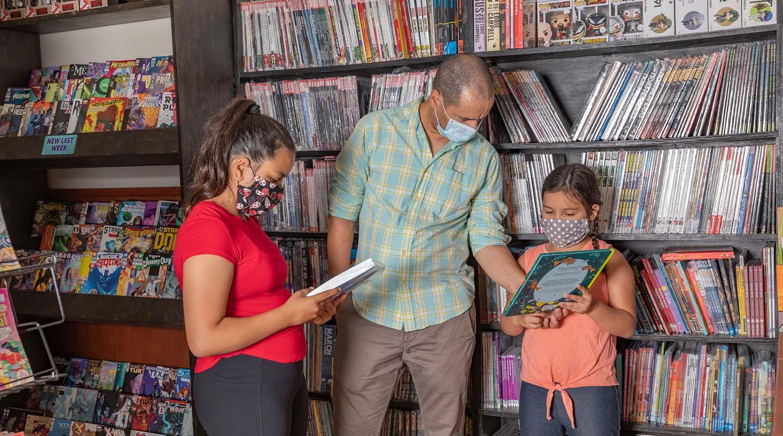 famille dans une librairie portant des masques