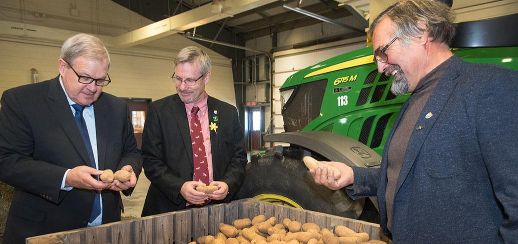Federal Minister Lawrence MacAulay, Minister Robert Henderson and David Mol