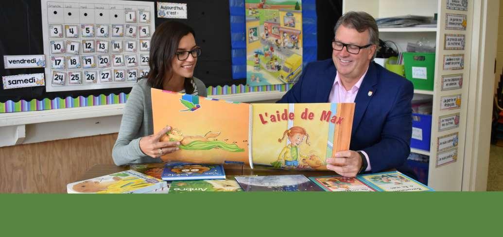 L'enseignante de première année partage un nouveau livre avec le ministre
