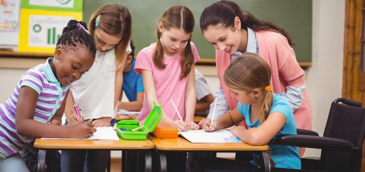 Les équipes de bien-être scolaires - Jeunes élèves travaillent avec une enseignante