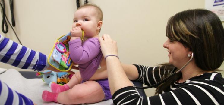 Infirmière praticienne avec un bébé patient au centre de santé
