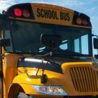 Un autobus scolaire avec des lumières clignotantes