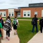 A group of students walk toward the entrace of Ecole sur Mer in South Rustico