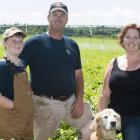 Jonathan et Katie MacLennan, partenaires ALUS, avec leur fils Gabriel et leur chien Plower dans un champs cultivés