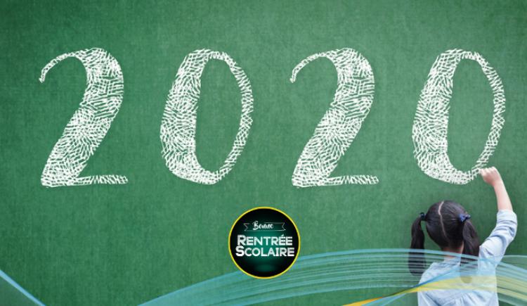 """Un élève écrit 2020 au tableau avec un graphique qui dit """"Retour à l'école"""""""