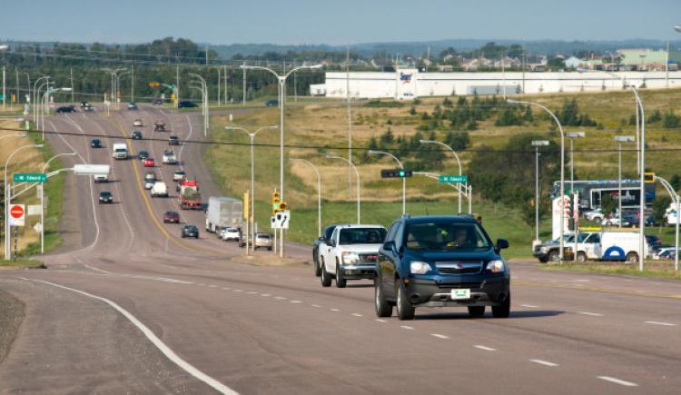 voitures roulant sur une route fréquentée