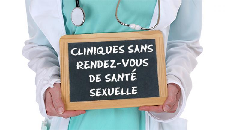 Professionnel de la santé tenant un panneau indiquant: Cliniques sans rendez-vous de santé sexuelle